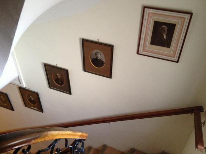 L'escalier est orné des portraits d'académiciens