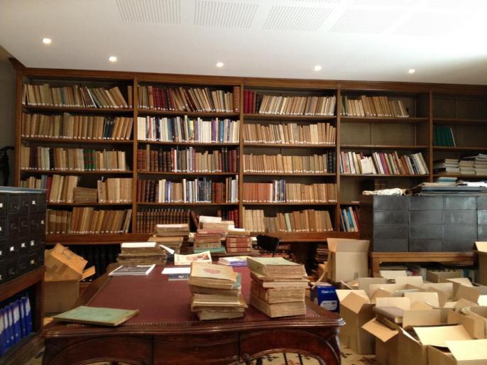 La bibliothèque et ses cartons pleins de livres...